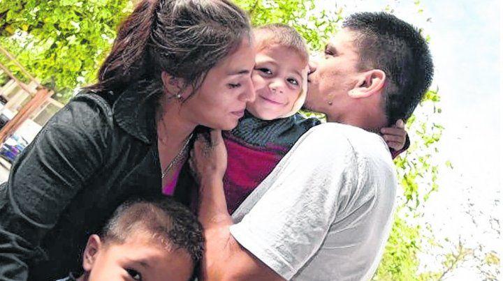 final feliz. Claudio Flores besa a Bastián junto a Celina