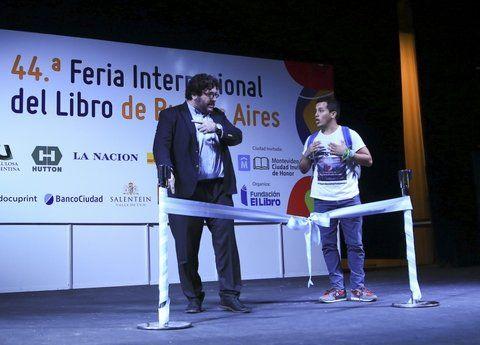 reclamo. Un estudiante cruza al ministro de Cultura Pablo Avelluto.