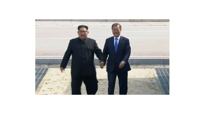 Cita clave. Los presidentes coreanos se dan la mano en la zona desmilitarizada antes de dar comienzo a las reuniones centradas en el arsenal nuclear.
