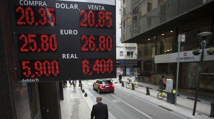 Dolarmanía. La demanda de divisas explotó