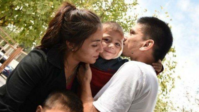 Final feliz. Claudio Flores besa a Bastián