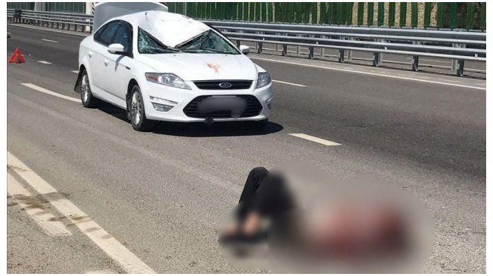 Un hombre cae desde un puente sobre el techo de un auto que circulaba a gran velocidad