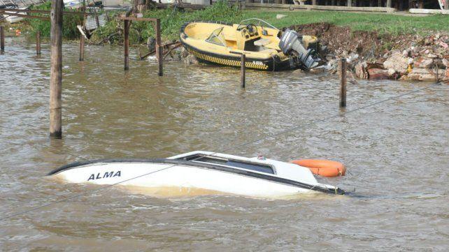 Una de las embarcaciones hundidas en Remeros Alberdi.