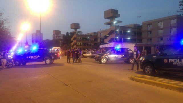 Hay un gran despliegue policial en la zona, tras el enfrentamiento a balazos entre dos bandas antagónicas. (Foto: @joseljuarezJOSE)