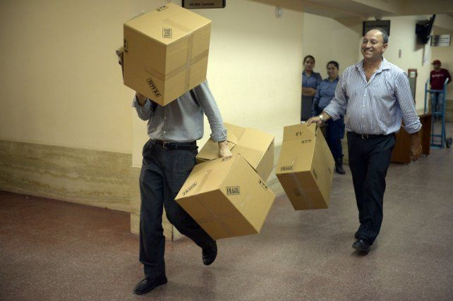 En acción. Empleados llegan con cajas para trasladar expedientes.