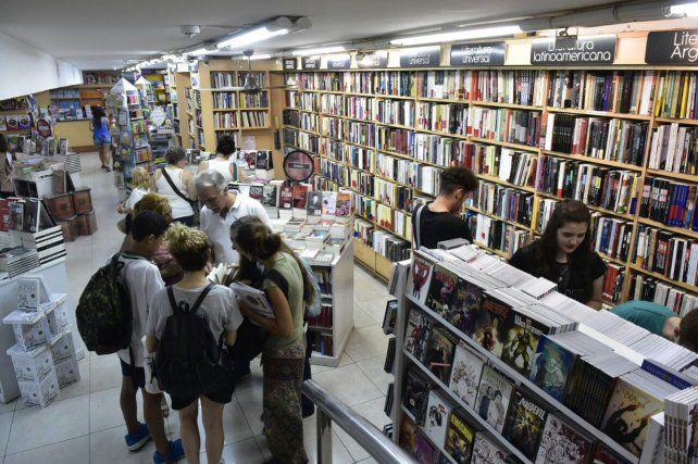 Entre escaparates. Lectores de todas las edades coparon anoche unas veinte librerías.
