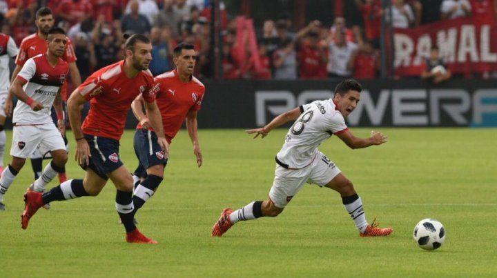 Joaquín Torres intenta escapar a la marca de Amorebieta.