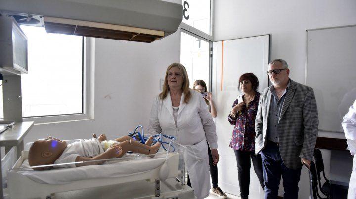 El muñeco de un bebé en una incubadora de una de las salas que serán utilizadas por los estudiantes para realizar las prácticas.