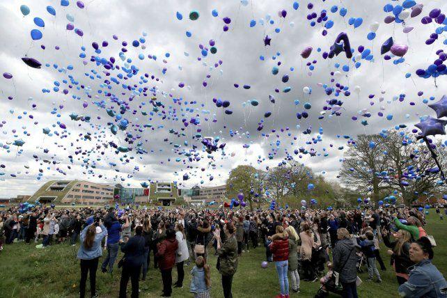 La gente de Manchester despidió al bebé fallecido con una suelta de globos.