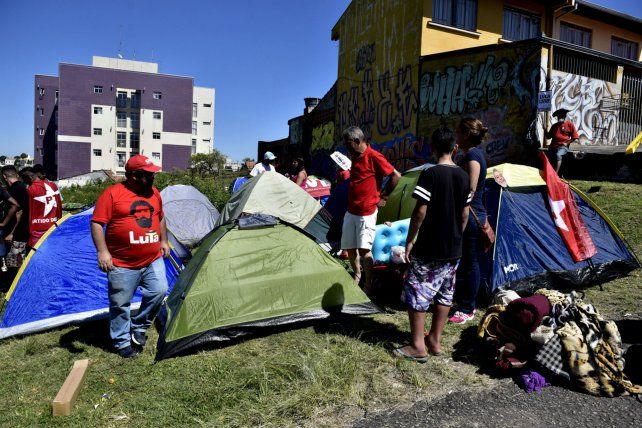 Aguante. El campamento está ubicado a metros de la dependencia policial donde está preso Lula.