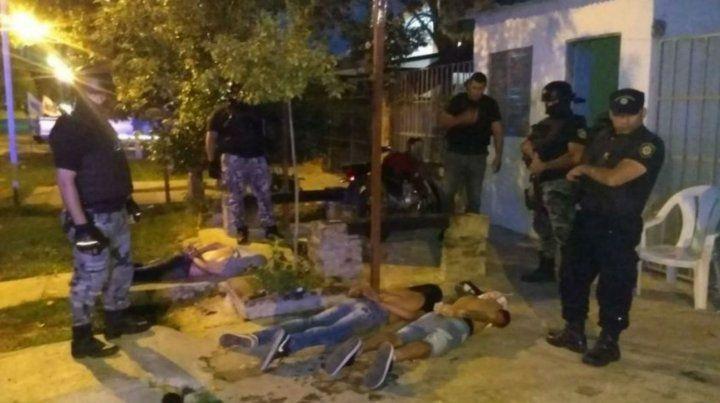 En el piso. Los dos maleantes que logró apresar la policía en Baigorria.