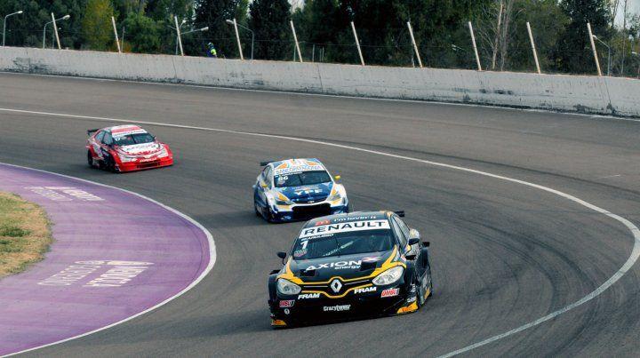 Al frente. El piloto de Las Parejas contiene a Canapino y Rossi luego de superarlos.