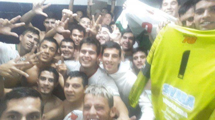 De Festejo. El plantel de Aguirre disfruta la victoria ante Oriental. Los Pibes Bravos se transformaron en la sensación del torneo.