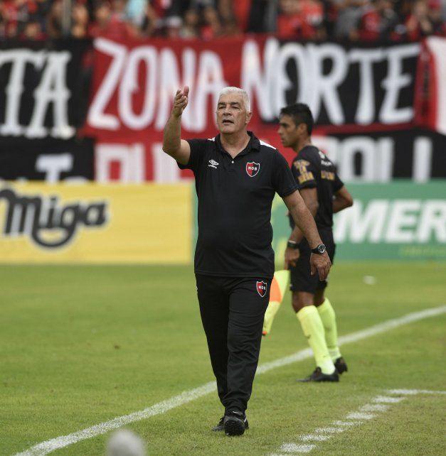 Atentos. De Felippe le da indicaciones a sus futbolistas. El DT dijo que las distraccionesles costaron caro.