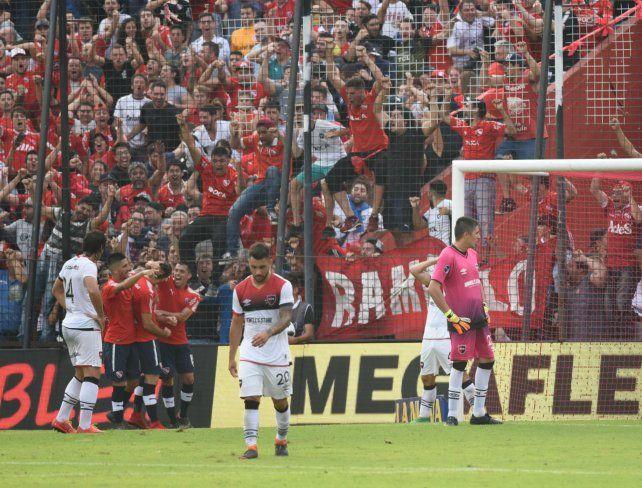 Mala fortuna. El rojo festeja el gol de Silva. Ferroni clava la vista en el piso