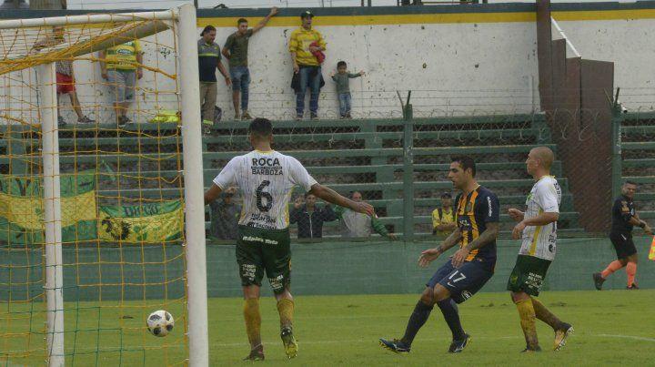 Peligro de gol. El Chaqueño Germán Herrera marcó en Florencio Varela y es el atacante canalla con mejor promedio.