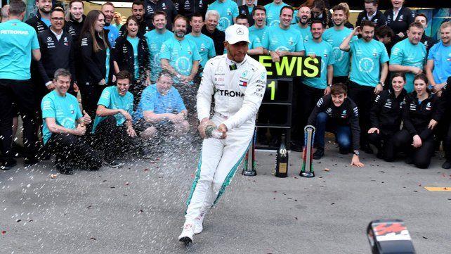 La suerte ayudó a Hamilton en Bakú y quedó como líder
