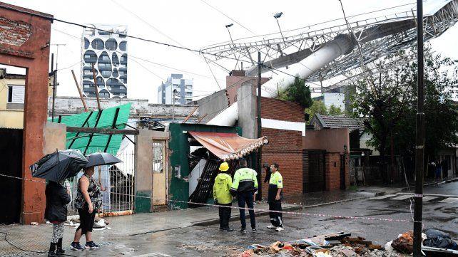 Un gran cartel cayó sobre viviendas enTres de Febrero.