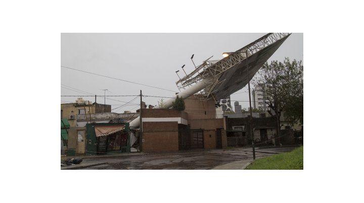 casi un milagro. Este enorme cartel de la avenida General Paz fue derribado por el viento y cayó sobre cuatro casas