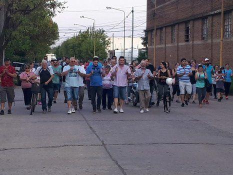 Solidaridad. Los vecinos autoconvocados se movilizaron hasta la planta fabril para apoyar a los trabajadores.
