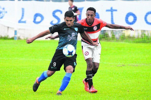 Goleador. Reinoso se apresta a marcar el primer tanto para los salaítos ante Lugano.