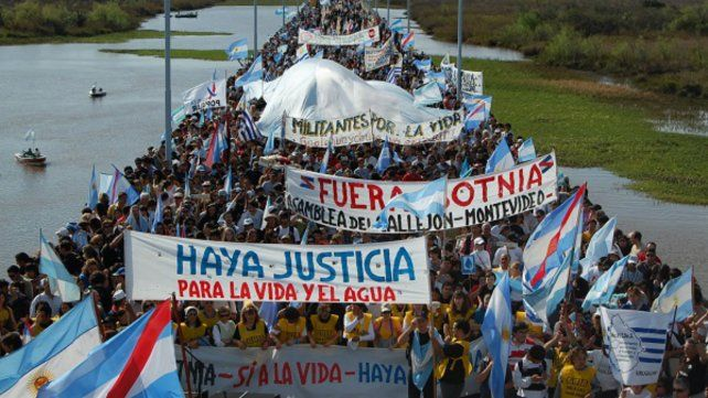 Numerosos manifestantes se movilizaron contra la instalación de otra pastera.