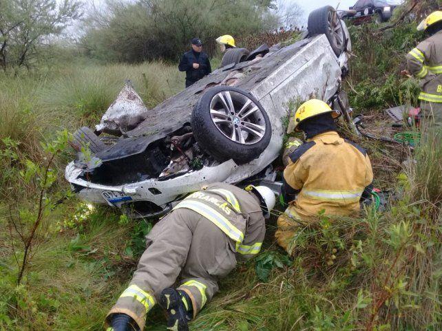 El BMW blanco quedó volcado a la vera de la ruta. (Foto: @emergenciasAR)