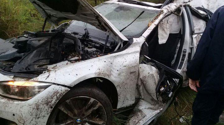 El BMW blanco quedó volcado y fue dado vuelta por los bomberos. (Foto: @emergenciasAR)