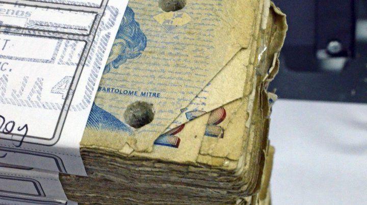 Afuera. Los billetes de dos pesos dejaron de circular y se pueden canjear en bancos.
