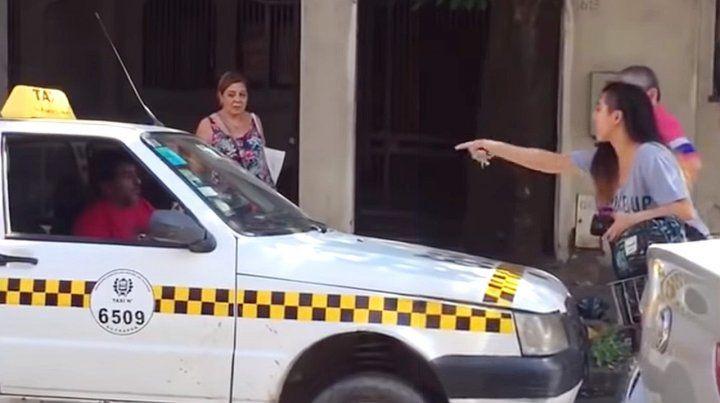 Un taxista la piropeó y ella le cerró el paso con la bicicleta