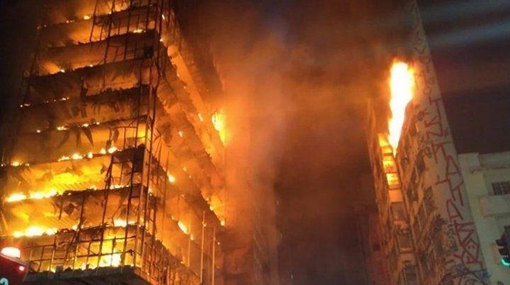 Un muerto y varios desaparecidos en un incendio y derrumbe de un edificio en San Pablo