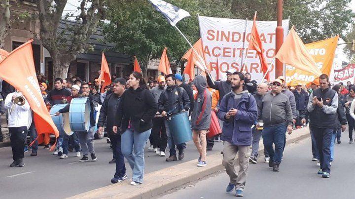 Aceiteros marcharon en Villa Gobernador Gálvez contra los despidos en Cargill