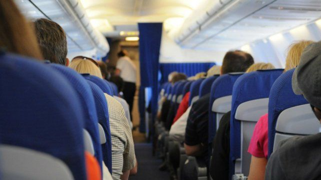 El pasajero cometió un insólito error en pleno vuelo.