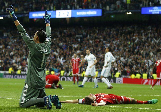 <b>Terminado.</b> La alegría de Navas y el desconsuelo de Muller tras el pitazo final en Madrid.