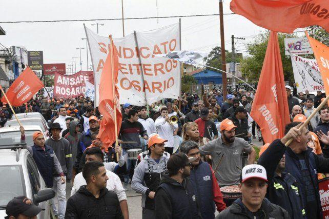 Los aceiteros y la comunidad de Villa gobernador Gálvez reclamó por los despidos en Cargill.