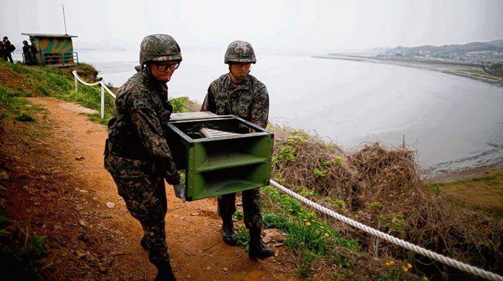 Reconciliación. Soldados surcoreanos desmontan altavoces de propaganda en señal de distensión con el norte.