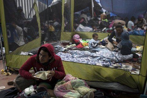 EEUU atiende las primeras solicitudes de asilo de una caravana de 200 migrantes