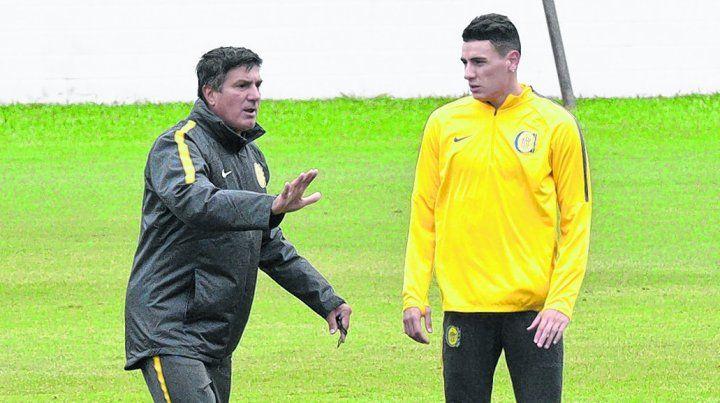 Directivas. Chamot le da indicaciones a Mauricio Martínez. Hay que ver si el DT lo utiliza como defensor o como volante.
