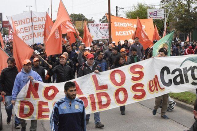 Movilización. Una masiva marcha en Villa Gobernador Gálvez respaldó a los obreros aceiteros.