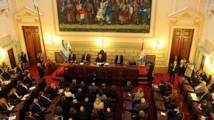 Legisladores y funcionarios escuchan el mensaje de Lifschitz.