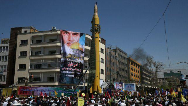 Demostración de fuerza. La Guardia Revolucionaria muestra un misil balístico durante una marcha en 2017.