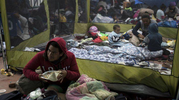 Inmigrantes centroamericano intentan ingresar a Estados Unidos.