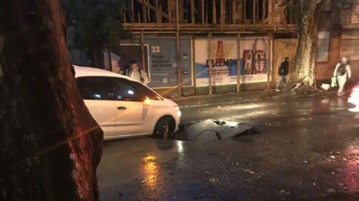 Un auto quedó atrapado al abrirse un inmenso pozo en el pavimento