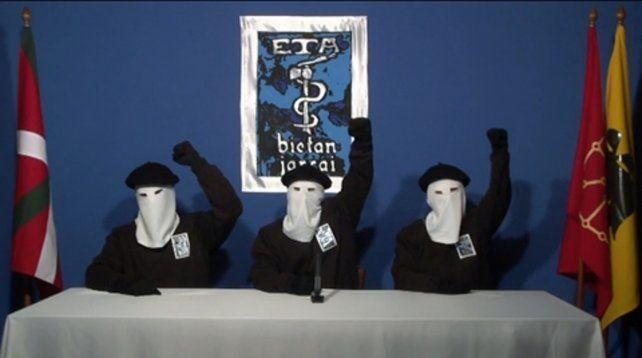 Anuncio. Miembros encapuchados de la agrupación separatista vasca durante un comunicado.