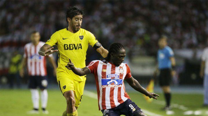 En juego. Pablo Pérez disputa la pelota con Yimmi Chará