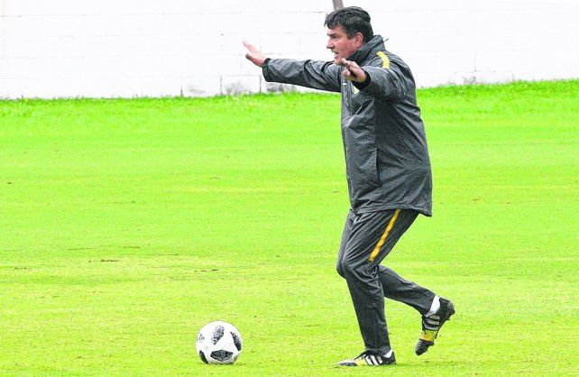 El equilibrista. Chamot espera hacer hoy un rato de fútbol para ver si responde el equipo que tiene en mente.