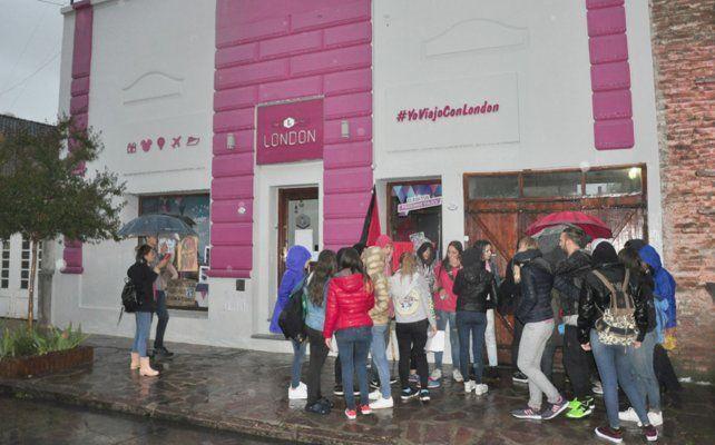 Un grupo de chicas se agolparon en las puertas de la agencia donde trabaja uno de los acusados.