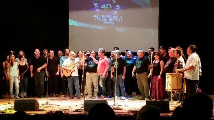 Loas integrantes de los grupos vocales cantan Lunita tucumana
