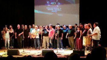 Loas integrantes de los grupos vocales cantan Lunita tucumana, en el cierre del Encuentro en Formosa.