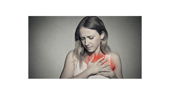 Atención. Algunas mujeres pasan por alto los dolores en el pecho y espalda